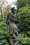 Eine abgewitterte Statue am Weg