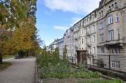 Botanischer Garten und Häuserfronten schauen sich an
