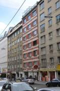 Im Gebäude mit der roten Fassade (Fasangasse 3) haben wir im Innenhof gewohnt