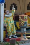 Clown bei einem Ringelspiel