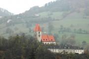 Blick auf Kirchberg - die Kirche liegt im Tal auf einem kleinen Berg