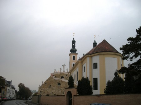 Die Maria Lanzendorfer Kirche einmal von der Friedhofsseite