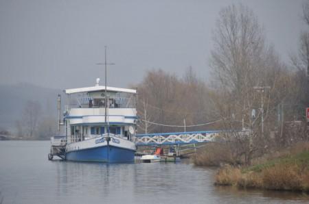 Ein Restaurant-Schiff, man beachte den Edelstahlkamin auf der linken Seite.
