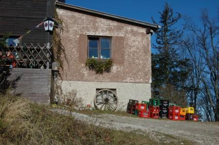"""Gegen 13 Uhr 15 (nach 2 1/2 Stunden langsamem Wandern) erreichten wir die Pinkenkogelhütte. Getrunken wird hier """"Piestinger"""", eine sehr gute Biersorte aus dem Piestintal (die roten Kisten)"""