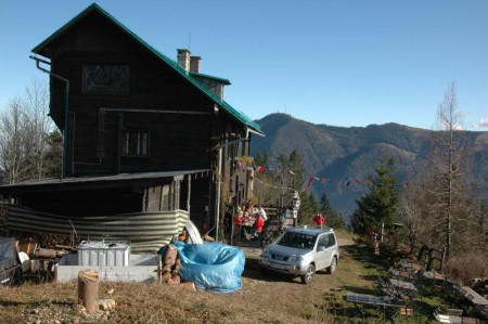 Die gemütliche Süd- und die funktionale Nordseite der Pinkenkogelhütte. Schön und gemütlich lag sie da.
