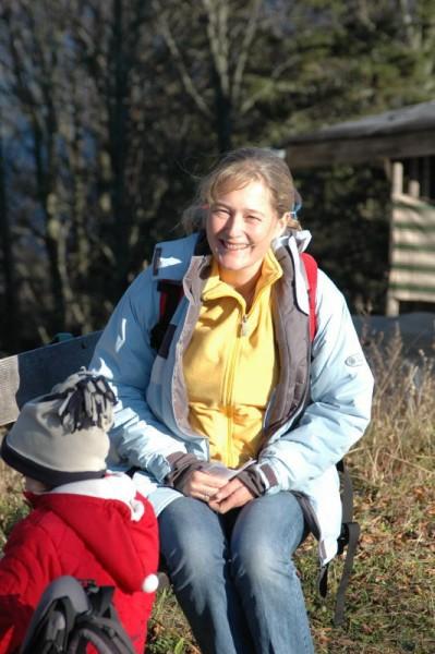 Astrid am Sonnenbankerl oberhalb der Hütte, bereits nach unserer Einkehr