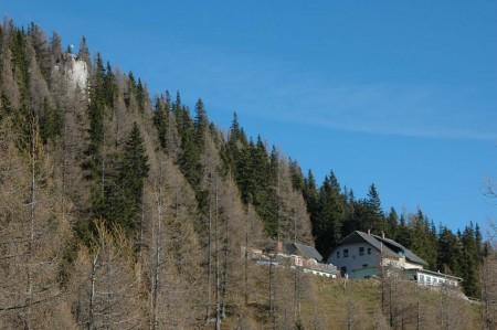 Das Waxrieglhaus und links oberhalb der Aussichtsfelsen, den wir am Nachmittag erstiegen