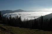 Zwischen den Bergen hing der Nebel