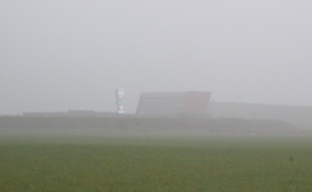 Die Autobahnraststätte an der S1 im Nebel