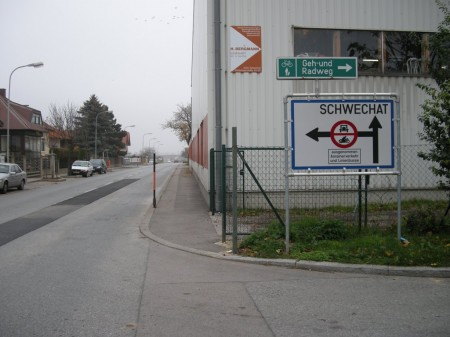 Bereits nach der Eisenbahnunterführung am anderen Ortsende. - Tolles Radweg-Schild, aber wohin ???