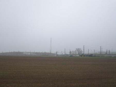 Ich stand da und sah über das Feld 1. die Eisenbahn, 2. dahinter die Autobahnraststätte,3. eine Überführung bei der ich auch zuvor gewesen bin - VÖLLIG FALSCH ! TOTALE VERWIRRUNG !