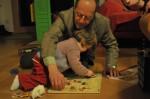 Lokie probierte sofort mit ihrem Opa Gerhard das neue Steckspiel aus