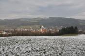 Die Hainfelder Kirche, dahinter der Vollberg