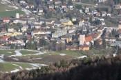 Blick hinunter nach Hainfeld, deutlich zu erkennen der Bergschatten
