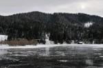 Ein Bootshaus am zugefrorenen Hubertussee