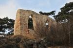 Künstliche Ruinen-Deko am Weg