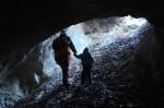 Bernie stampft mit Josey zum Höhleneingang hinauf