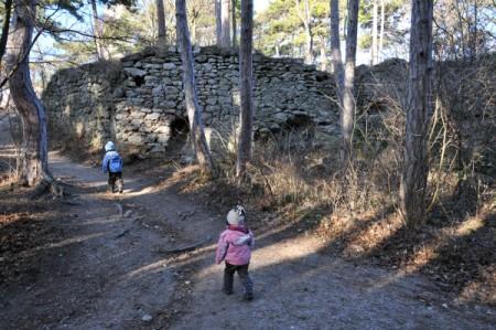 Endlich erreichten wir die erste Steinmauer bei der Ruine