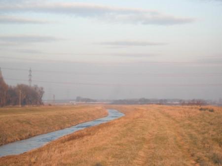 Hier am Südufer des Mitterbaches verlief die Rutschbahn die Böschung hinunter - 1x zum Bach, 1x zum Acker