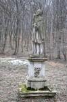 Eine Heiligenstatue auf der Wiese, dem Kloster gegenüber