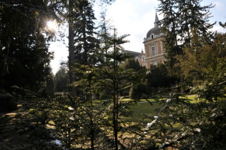 Letzter Schnee (auf den Zweigerln im Schatten) bei der Hermesvilla