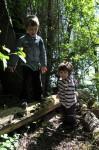 Unsere Kinder auf einer kleinen Lichtung