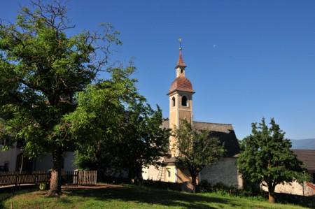 Nochmals die Kirche, rechts unterhalb der Stall vom Sedlhof, die Kirschen haben wir gekostet