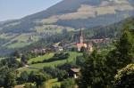 St. Andrä liegt auf etwa gleicher Höhe wie Klerant und ist über Wanderwege zu Fuß erreichbar