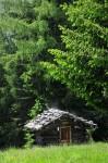 Nach einem Regenguß dampfte diese Hütte in der Sonne - den Regenguß warteten wir in der Roner-Hütte ab und wurden nicht naß