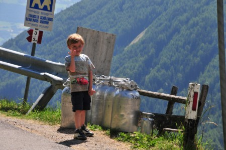 Am Donnerstag fuhren wir nördlich von Brixen bei Vahrn ein steiles Tal hinauf, das so steil wurde, dass wir nur unter einem Apfelbaum an der Straße jausneten und dann wieder hinunterfuhren - war nicht kindertauglich
