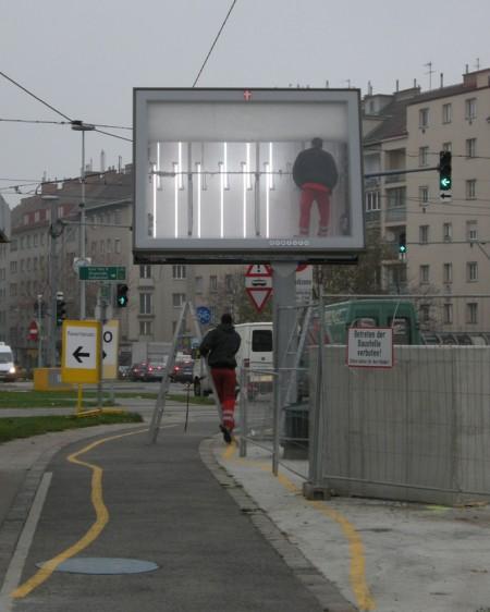 Und hier am Südtiroler Platz habe ich erstmals einen Blick ins Innenleben der Wiener Leuchttafeln werfen können (die beiden Servicemitarbeiter kamen mit einem Fahrzeug mit Gewista-Aufdruck)