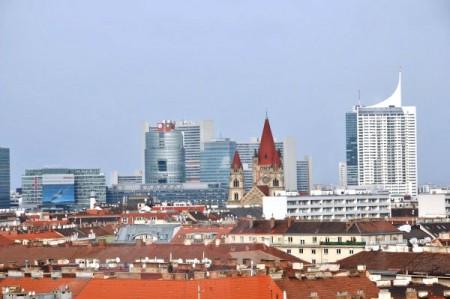 Nochmals die Kirche am Mexikoplatz, dahinter (über die Donau) die Türme in Floridsdorf