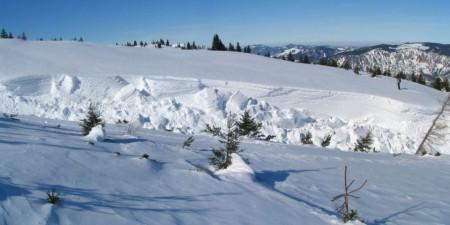 """Ein kleiner Graben, in den der Schnee """"abgestürzt"""" ist"""