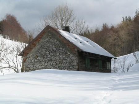 Interessante Hütte - Wand aus Steinen und drüber aus Ziegeln