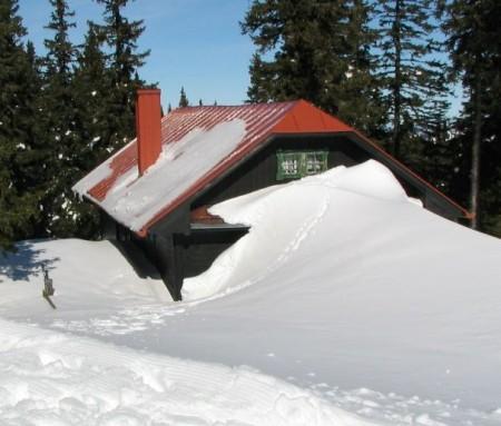 Schnee bis zum ersten Stock (eine Hütte in der Nähe vom Berggasthof)