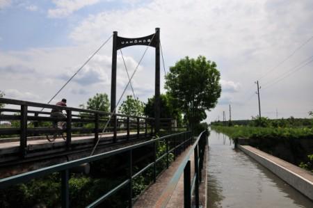 Hier fließt der Kanal über die Triesting