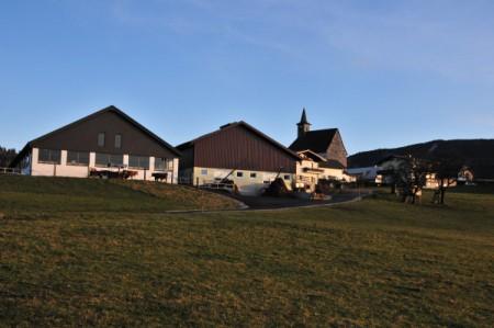 Kirche Joachimsberg, davor der Schaglhof