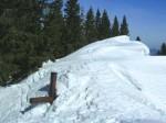 Das verschneite Gipfelkreuz