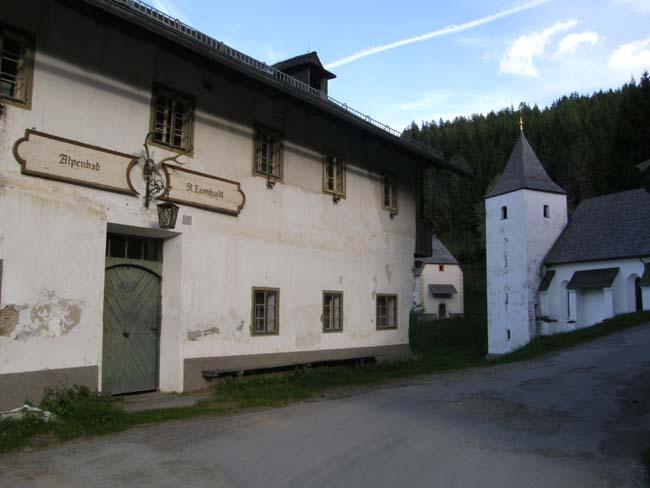 bb-alpenbad-st-leonhardt-mit-kapelle-und-filialkirche-web-p7348
