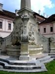 Brunnenobelisk im Stiftshof