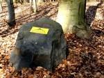 BB Vulkanland-Wegweiser auf Basaltblock