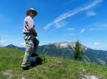 AB Gipfelschritt auf dem Triangulierungsstein der Breimauer, mit Ötscher-Breitformat
