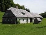 Halbartschlager - das typische alte Waldhaus samt dem kleinen Saustall