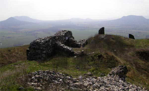 Burgreste auf dem Csobanc gegen Badacsony (ganz links daneben der Gipfel Gulacs) und Georgsberg ganz rechts