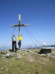 Mein Mann vorm Kreuz auf der Gaipahöhe (rechts sieht man die Steinscheibe)