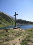 Kreuz oberhalb des Sees