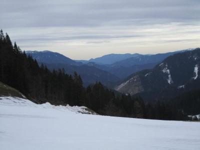 Links ganz hinten Schneealpe, davor Lachalpe. Mitte der Kamm Kampalpe - Tratenkogel - Große Scheibe. Rechts guckt das Stuhleck hervor.