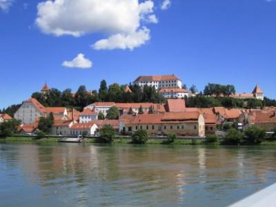Blick über die Drau zur Burg von Ptuj