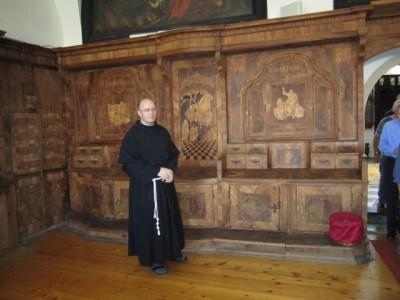 Bruder Andrej in der Sakristei
