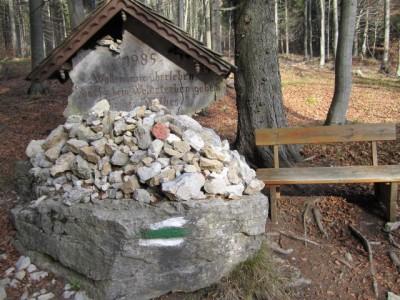 Gedenktafel an das Jahr des Waldes (mit Haasenbankerl)